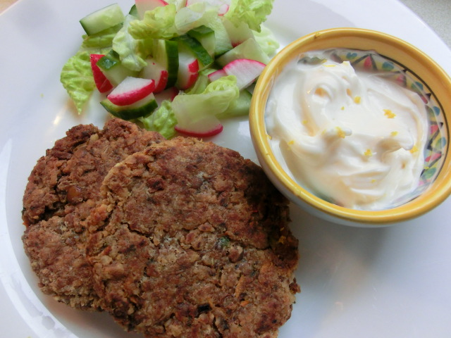 Spicy lentil and walnut patties with lemon mayonna